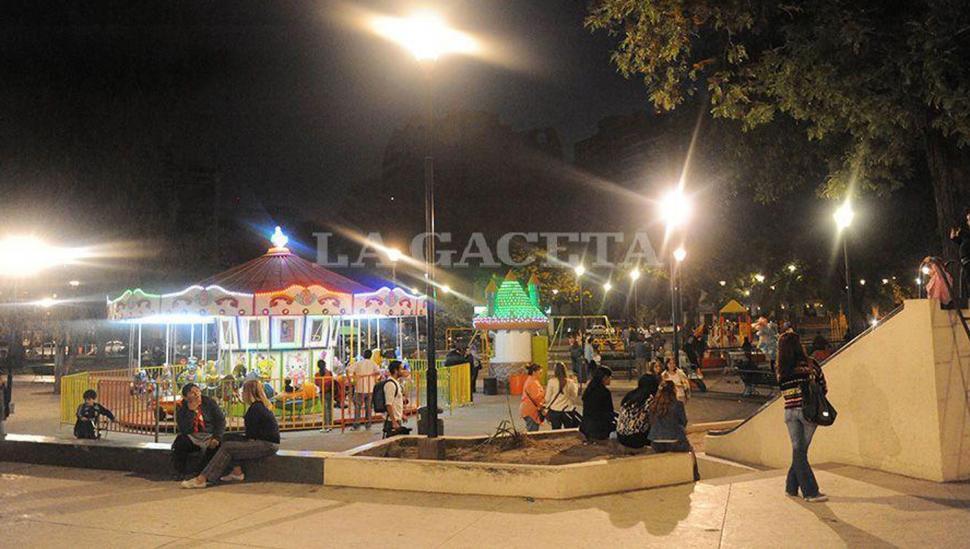 Paseos por los parques y las plazas de la ciudad