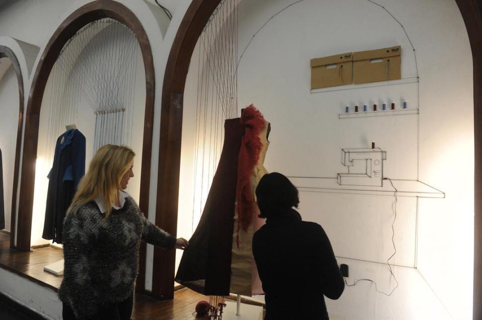 DE CASA RAÍZ. En el salón de los Arcos, hay carreteles de hilos para una máquina de coser dibujada en la pared.