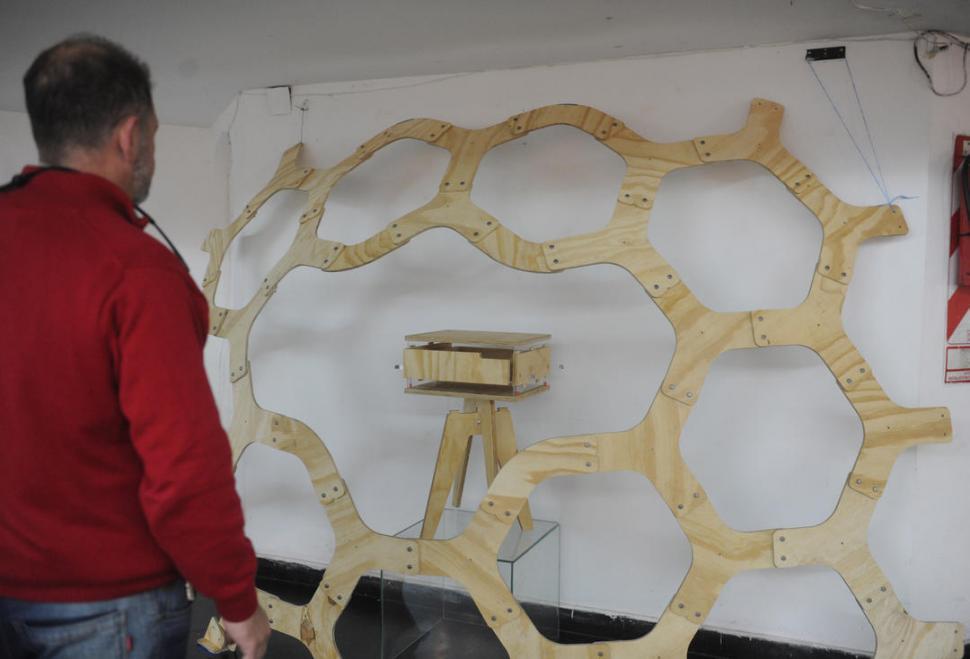 TRABAJO EN MADERA. Una mesa calada es el aporte de Mental Design a la muestra de diseño tucumano.
