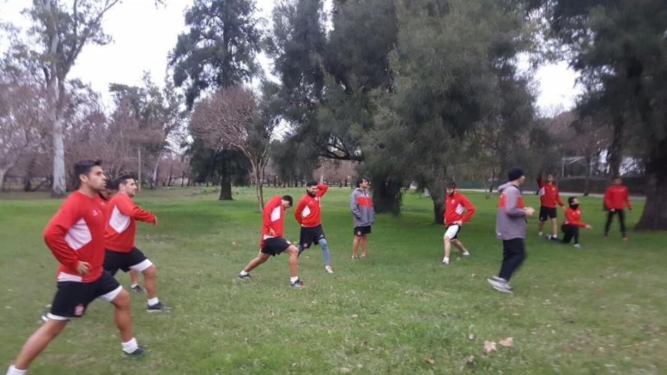 REGENERATIVOS. El parque Unzué fue escenario de la práctica que realizó ayer el plantel de San Martín, horas después de llegar a la ciudad de Gualeguaychú.  prensa casam