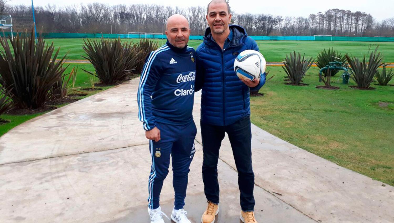 Jorge Sampaoli y Sergio Hernández. FOTO TOMADA DE PRENSA SELECCIÓN NACIONAL DE FÚTBOL