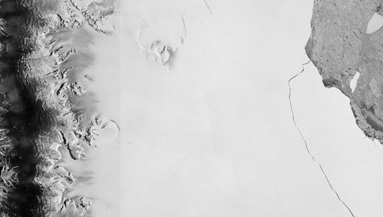 IMAGEN SATELITAL. Desde el espacio se puede observar la grieta que dejó el iceberg. REUTERS