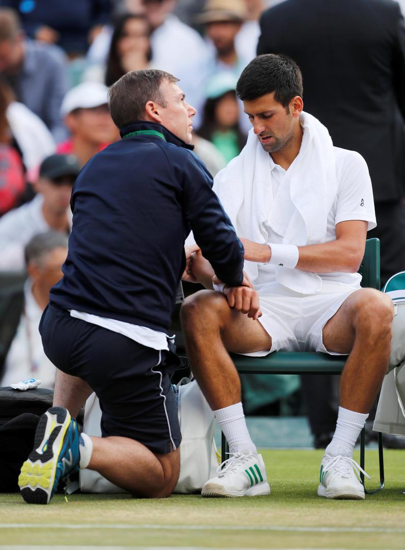 PREOCUPADO. Djokovic es asistido por el dolor que sintió en el codo derecho. Reuters