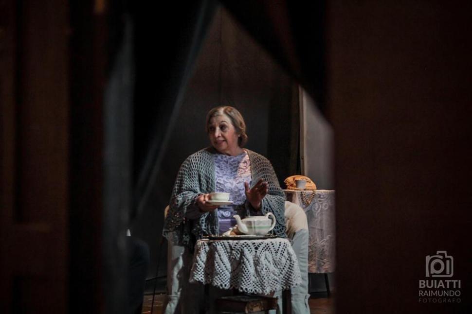 """ANCIANA. Manina Aguirre, en """"Los vecinos mueren en las novelas"""". Foto / Buiatti Raimundo.-"""