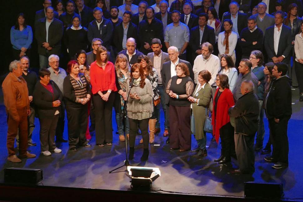 LANZAMIENTO. Cristina llegó al teatro Roxy marplatense y saludó a los militantes kirchneristas. Dyn