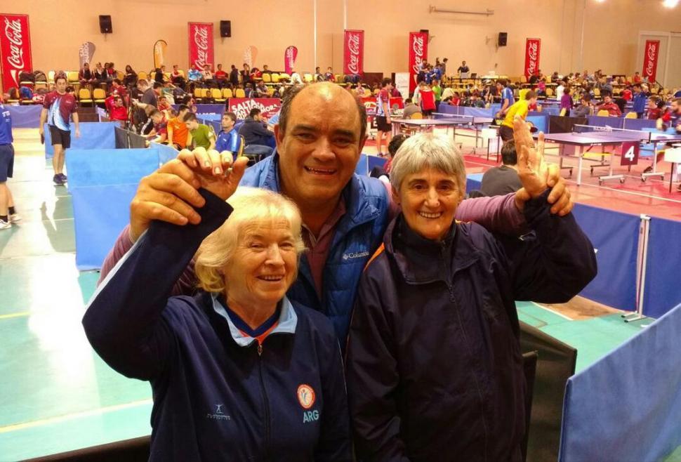 ¡SÍ SE PUEDE! Mena y Kruger -junto al dirigente Núñez- ganaron la medalla.