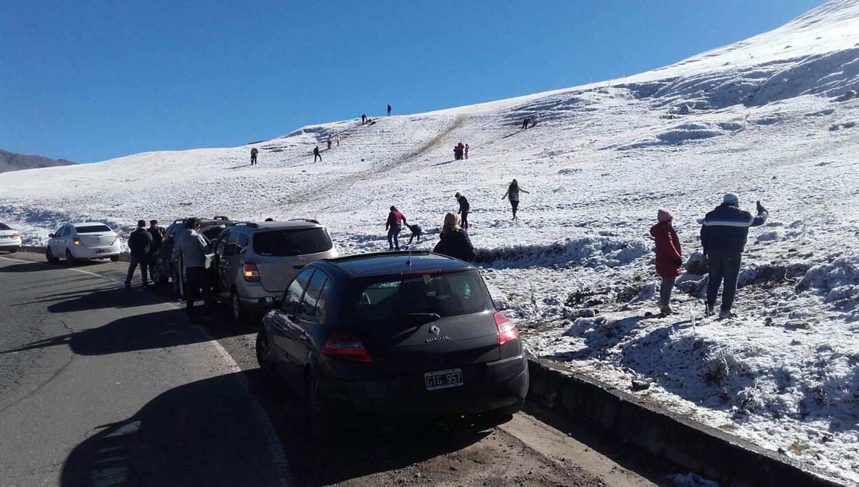 TURISTAS EN LA NIEVE. La nevada en Tafí fue uno de los grandes atractivos del fin de semana. GENTILEZA JAVIER ASTORGA