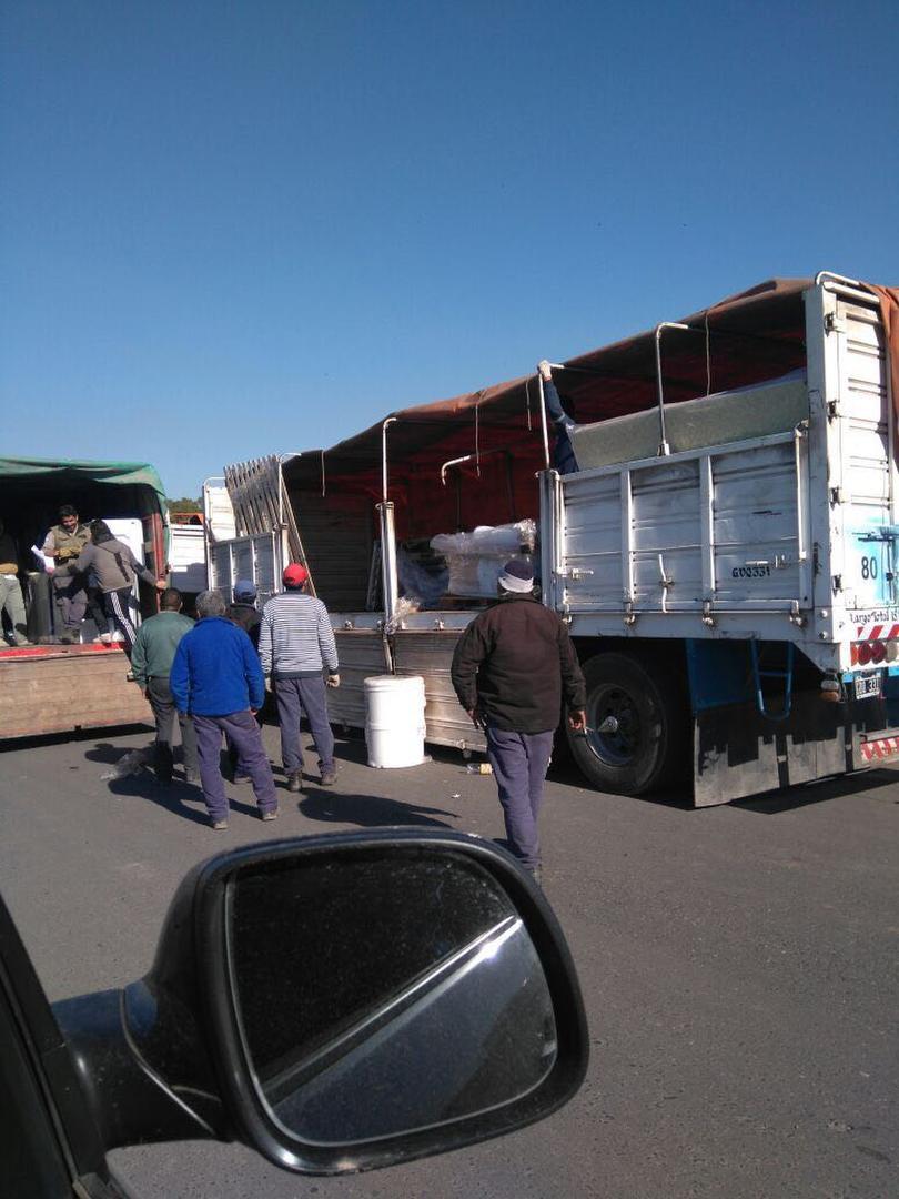 SOSPECHAS. Los camiones se descargaron en una calle de Lomas de Tafí.