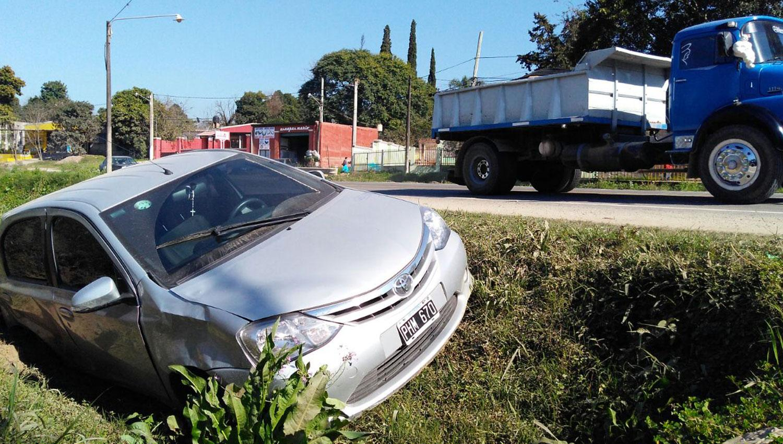 EL AUTO. El vehículo en el que viajaban las dos mujeres terminó adentro de un zanjón. LA GACETA / JORGE OLMOS SGROSSO