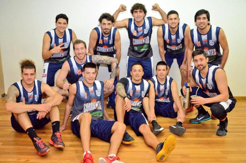 EL RIVAL. Corrientes participó de una sesión de fotos antes del torneo. twitter / @ResultadosCABB