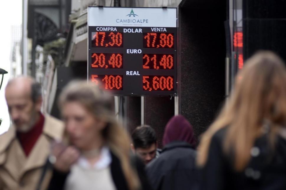 JORNADA AGITADA. La moneda norteamericana tuvo un inicio de semana muy movido y volvió a batir récords. Dyn