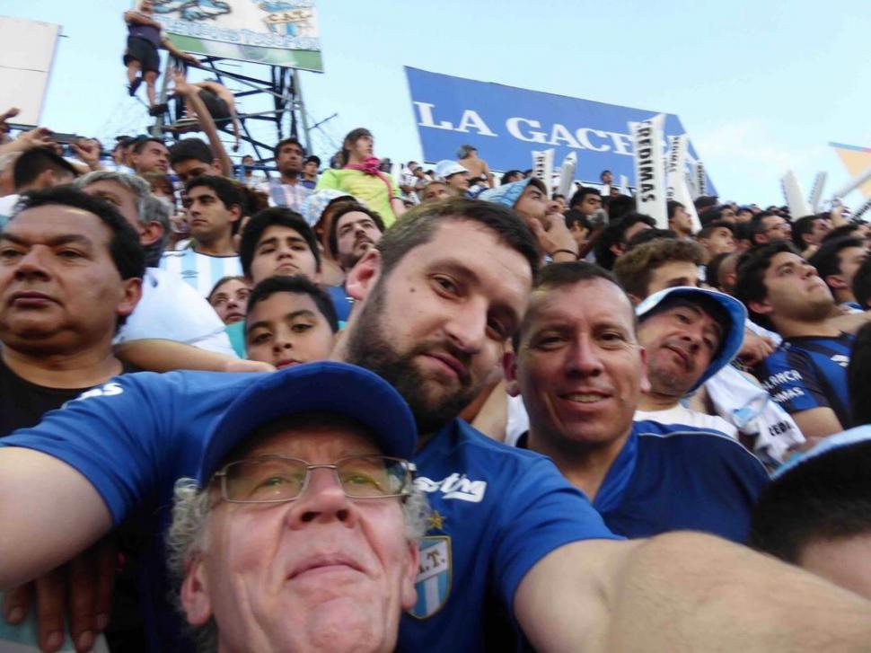 La foto con Javier Ayala y su papá, Paul, en la previa del partido con Boca el año pasado
