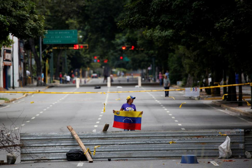 A TRAVÉS DE LAS BARRICADAS. La lectura opositora es que soledad de las calles evidencia el reclamo del pueblo. reuters