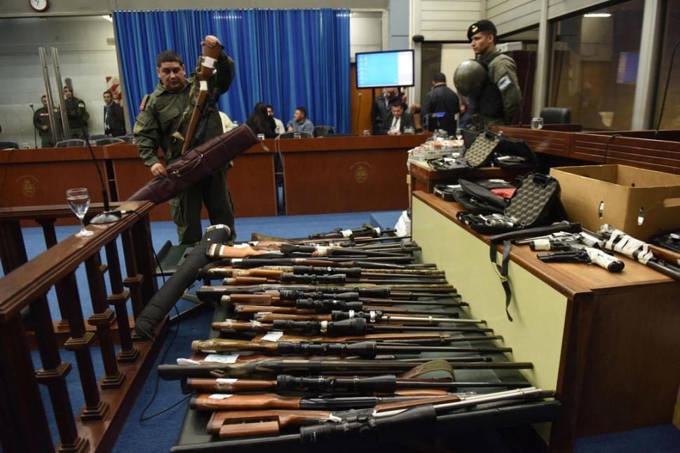 """CON PAPELES. Todas las armas secuestradas en las casa de """"El Mono"""" estaban registradas; sin embargo, el abogado de la UIF aseguró que su propietario no estaba habilitado para portarlas. la gaceta / fotos de osvaldo ripoll"""