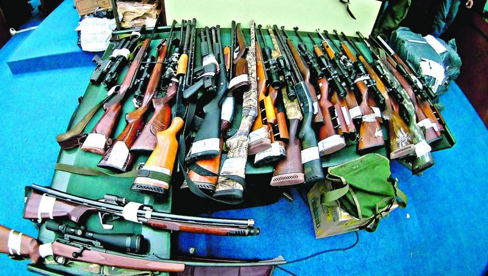 """Expusieron casi 70 armas del """"Mono"""" Ale"""
