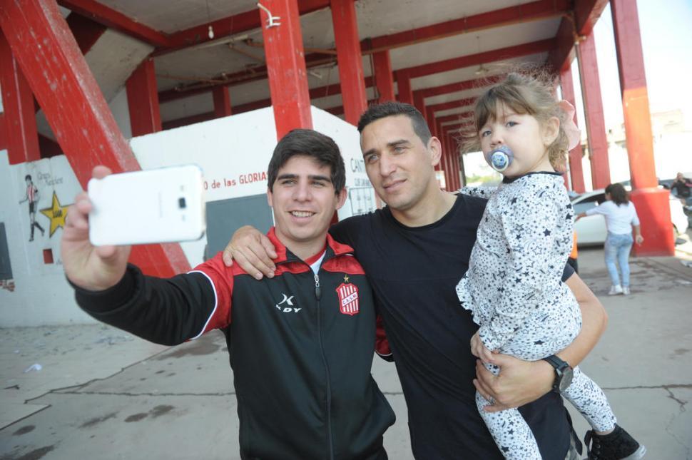 RECUERDO. Alexis Ferrero, que tiene en sus brazos a su hija Lola, se saca una selfie con Gonzalo Orta, uno de los encargados de la boutique del club. la gaceta / fotos de franco vera