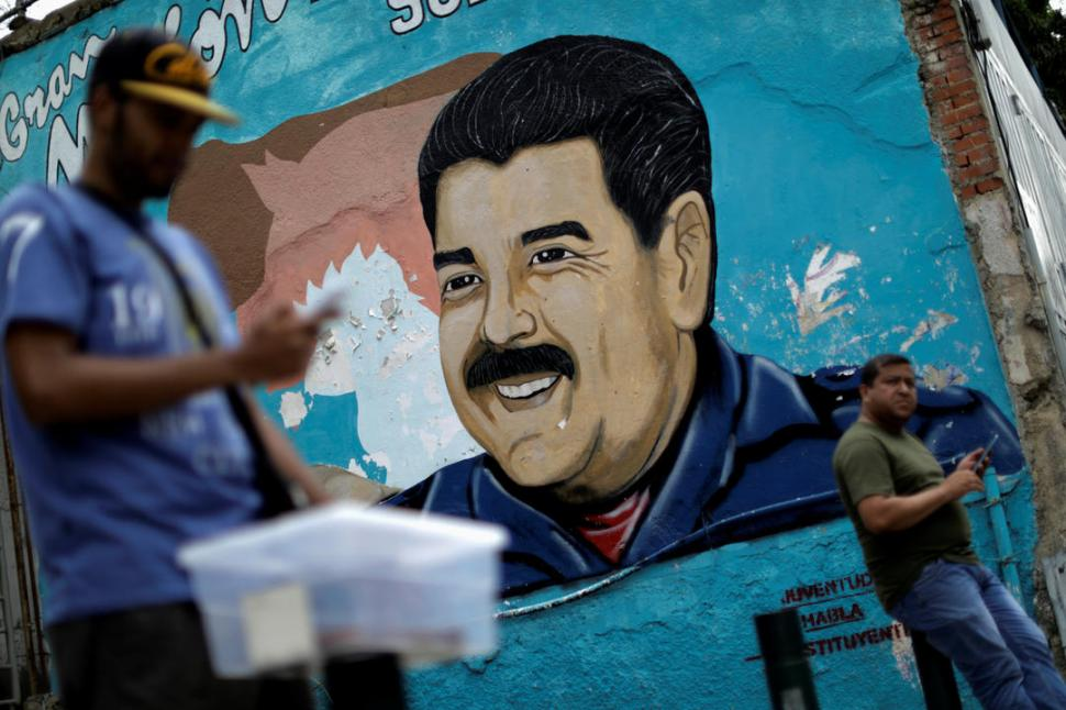 """CONTRASTE. En las paredes de Caracas pintan a un Maduro afable, pero los """"muros"""" de Internet lo tachan de tirano. Reuters"""