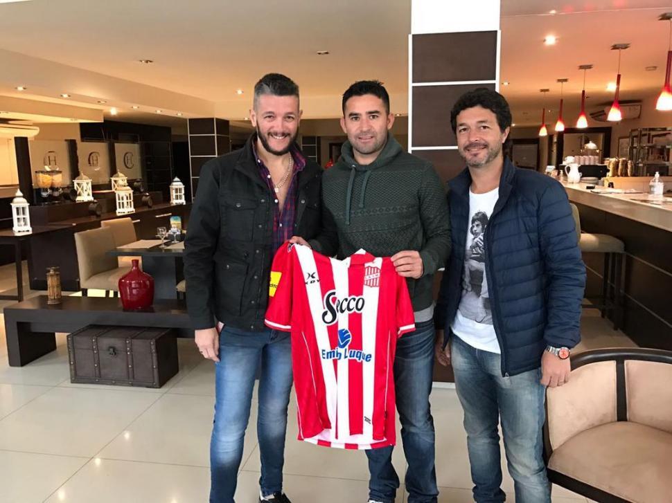 FELICES. Galina, Bieler y Seoane posan tras firmar el contrato en el hotel de Colón.