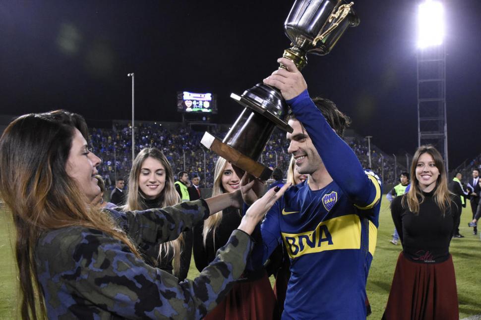 OTRO MÁS... Fernando Gago recibe el trofeo entregado por Isabel Macedo. la gaceta salta / foto de marcelo miller