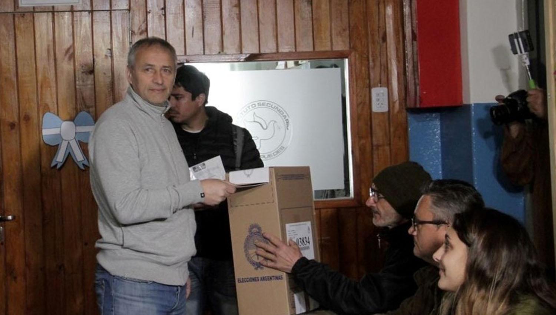 El precandidato de Cambiemos por Córdoba, Héctor Baldassi, al momento de emitir su voto. FOTO TOMADA DE CLARIN.COM