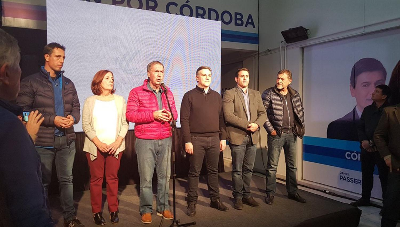 Eel gobernador de Córdoba, Juan Schiaretti (frente al micrófono), admitió el triunfo de la coalición Cambiemos. FOTO TOMADA DE TWITTER