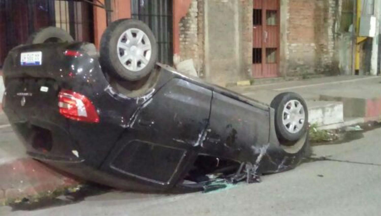 Un auto quedó volcado tras un tremendo choque en Alem y Roca