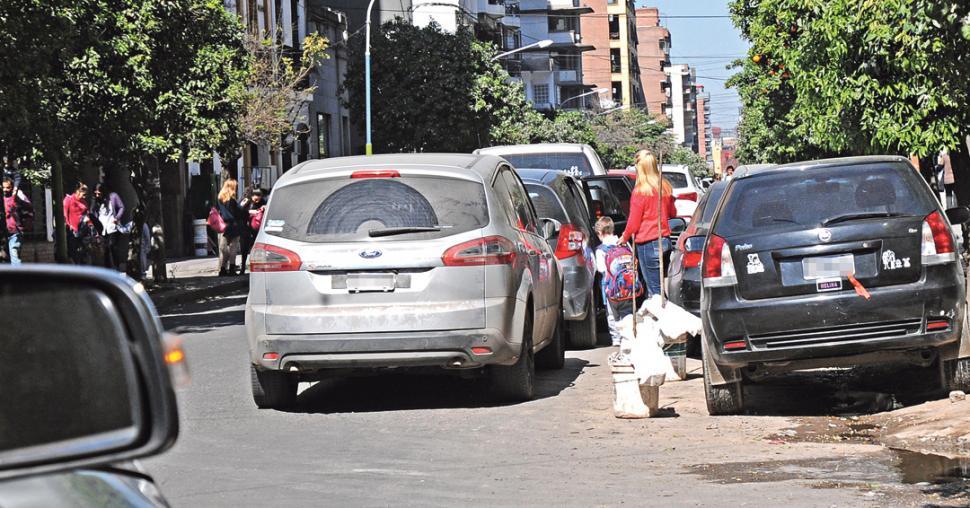 Analizan liberar el estacionamiento en doble fila frente a los colegios