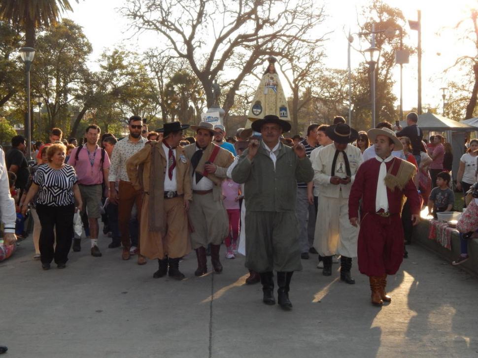 EN PROCESIÓN. Durante la caminata entre las plazas Belgrano y San Martín se llevará a la Virgen de la Merced.