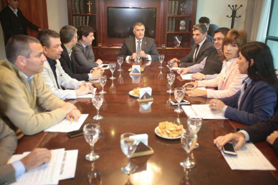 A LA CABECERA DE LA MESA. El vicegobernador Osvaldo Jaldo presidió la reunión de Labor Parlamentaria, de la que participaron los jefes de bloque. prensa legislatura