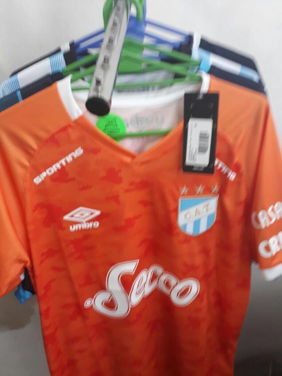 Tras un rechazo generalizado, Lucchetti no usará la camiseta naranja que le diseñaron