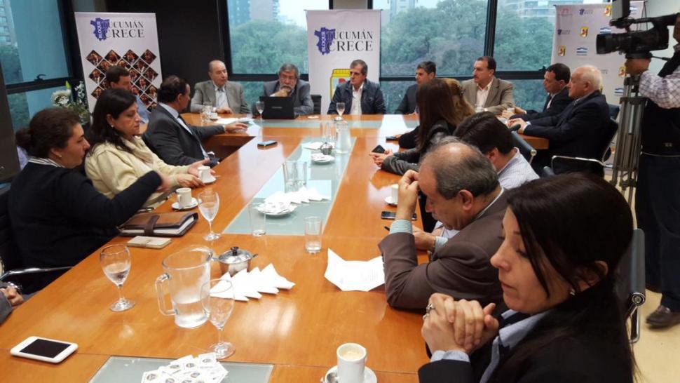 SALÓN PERONISTA. El jefe del bloque oficial, Ramón Santiago Cano (a la cabecera), presidió la reunión junto a autoridades del Erspet (a su derecha). Prensa H. Legislatura