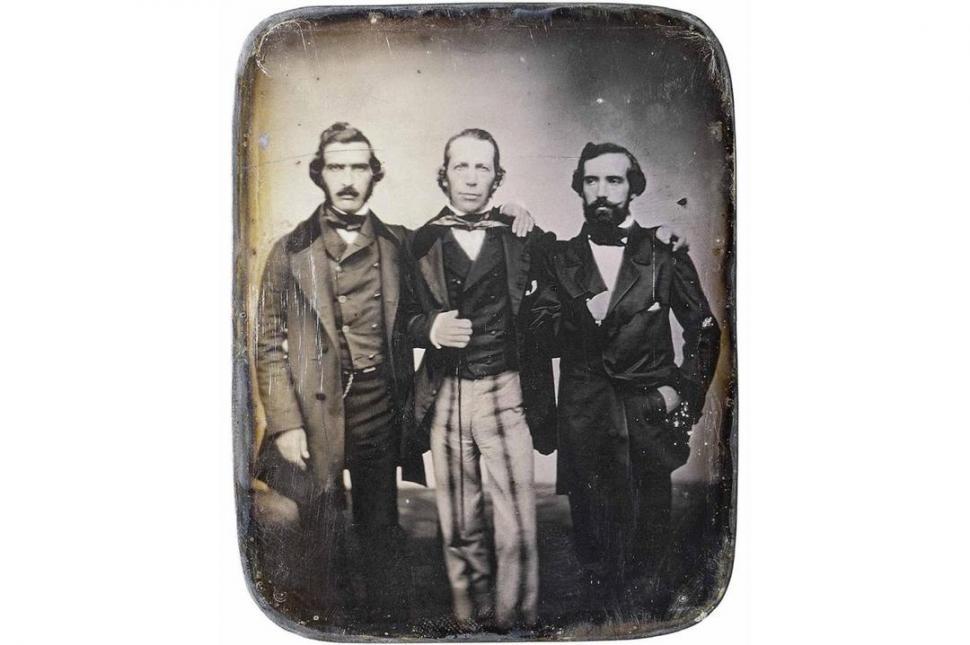 JUAN MARÍA GUTIÉRREZ. En este daguerrotipo de los años 1840posa al centro, flanqueado por Benjamín Gorostiaga y Delfín  Huergo.