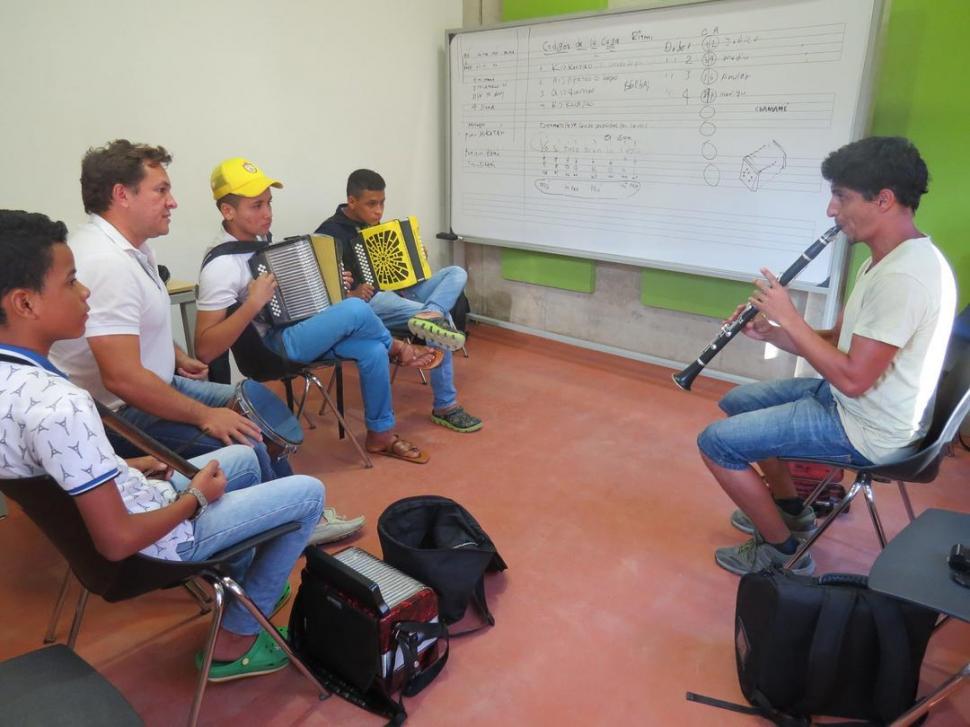 CLASE. El clarinetista José Javier Seco, intercambiando música en Colombia.