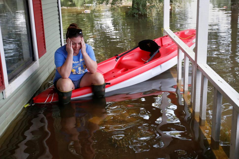 DESESPERADA. Una mujer aguarda sentada en el kayak de un vecino.
