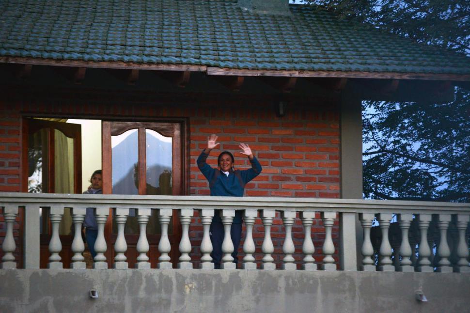 TRES VECES. A las 9, las 12 y las 18, Milagro Sala debe salir al balcón de su casa y saludar a los guardias. telam