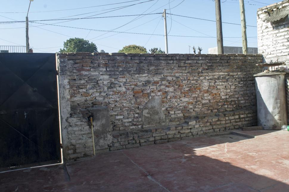 LA TAPIA. Por aquí ingresó el delincuente cuando escapaba de la Policía. LA GACETA / FOTO DE DIEGO ARÁOZ