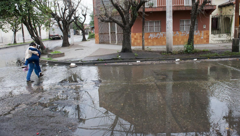 CALLES INUNDADAS. El municipio lograr la intervención de la SAT. LA GACETA / JORGE OLMOS SGROSSO