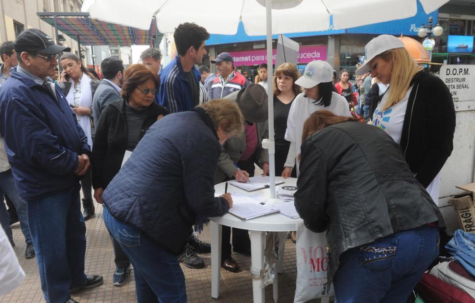 POR LA MAÑANA. La Municipalidad instaló cinco puestos para recoger firmas; funcionan desde las 9.30 y hasta el mediodía en el microcentro de la ciudad. la gaceta / foto de Antonio Ferroni