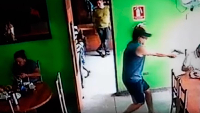 Impactante video: un sicario corre a una niña de su camino para acribillar a un hombre