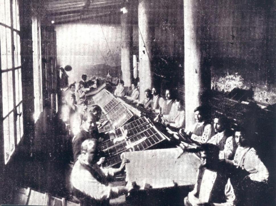 IMPRENTA A FINES DEL SIGLO XIX. Se advierten las cajas que contenían la tipografía. Aún no habían llegado las linotipos a Tucumán y cada línea de texto se armaba a mano.