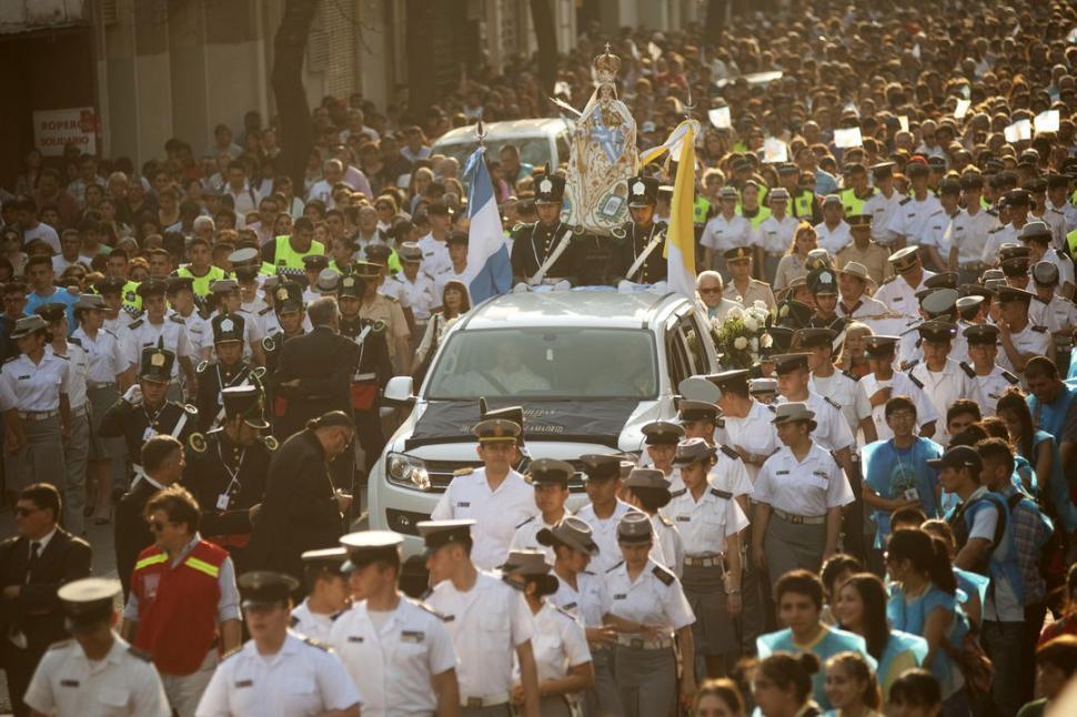 Una multitud marchó junto a la Virgen Generala