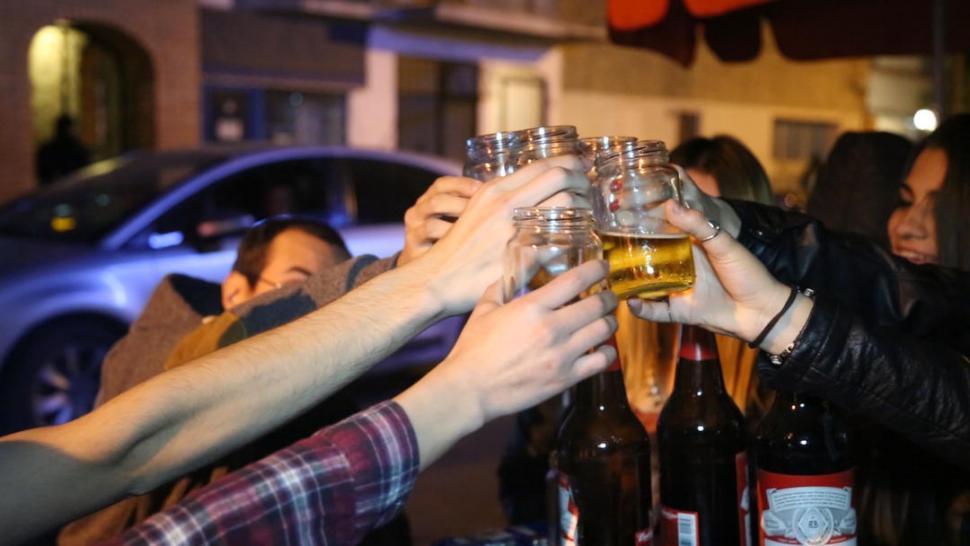Jóvenes confiesan que si no se emborrachan no disfrutan la noche