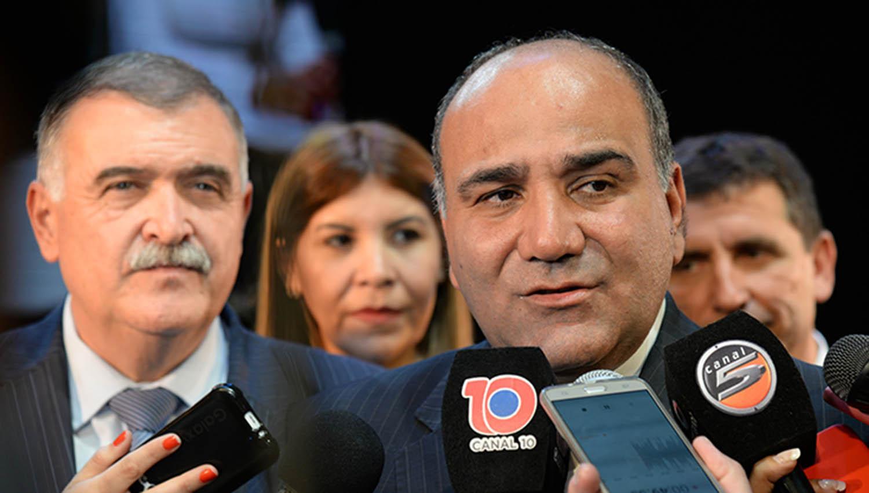 El gobernador Juan Manzur, frente a la prensa. IMAGEN TOMADA DE COMUNICACIONTUCUMAN.GOB.AR.