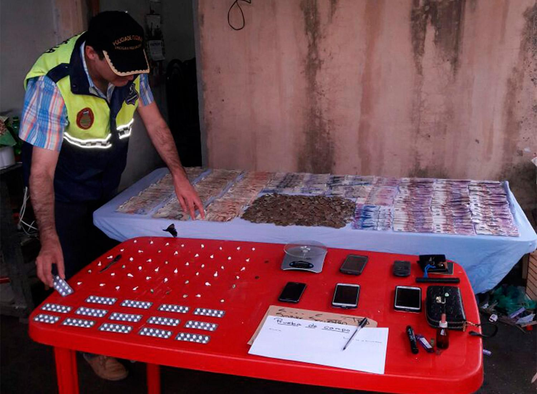 Incautan cocaína, marihuana, pastillas y dinero en dos allanamientos en Famaillá