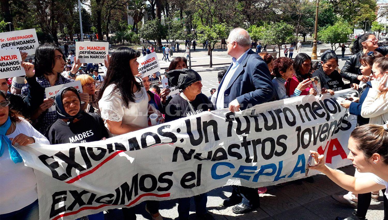 EN CASA DE GOBIERNO. Los manifestantes pidieron una audiencia con el gobernador Manzur. LA GACETA / FOTO DE MARTÍN DZIENCZARSKI VÍA MÓVIL