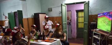 Un local de comida típica fue refugio de la pasión de un grupo de hinchas peruanos