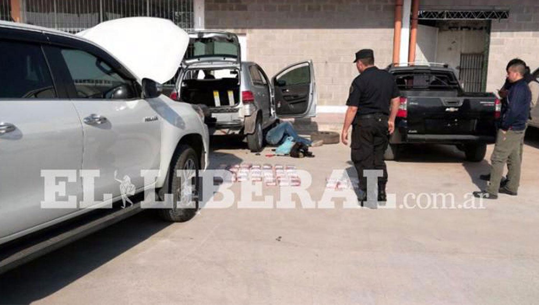 EL OPERATIVO. Policías de la Federal inspeccionan los vehículos en los que viajaban los tucumanos detenidos. FOTO TOMADA DE EL LIBERAL