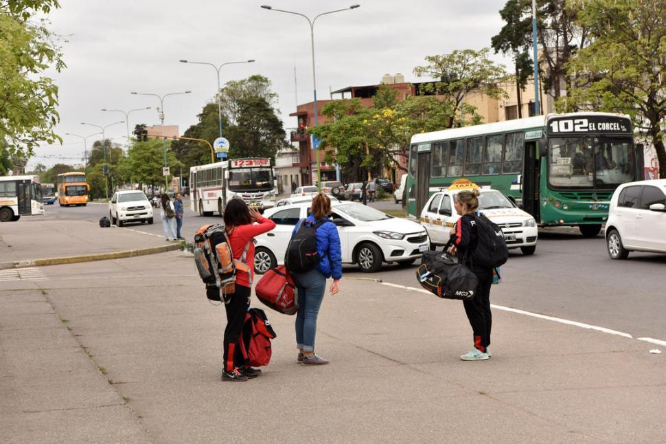 PRIMERA IMPRESIÓN. A la salida de la terminal, los turistas se encuentran con basura y cloacas rotas, además de un pavimento muy deteriorado. LA GACETA / FOTOS DE INÉS QUINTEROS ORIO.-