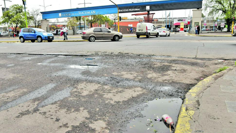 Los que llegan a Tucumán en ómnibus se encuentran con basura, baches y charcos