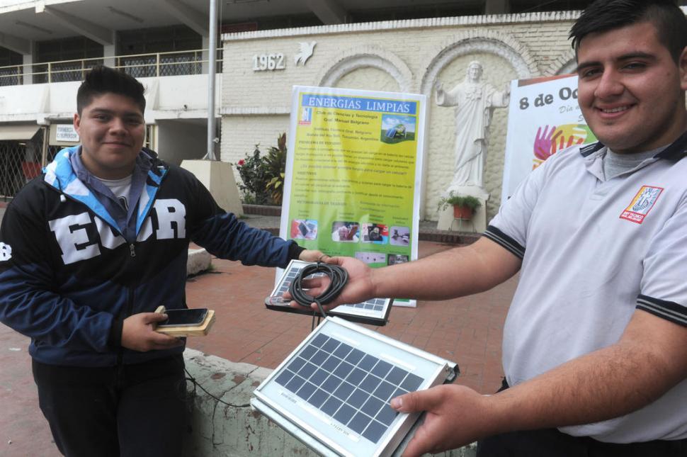 GANADORES. Augusto Salinas y Nicolás Escalera muestran el cargador solar para celulares que inventaron. la gaceta / fotos de Antonio Ferroni